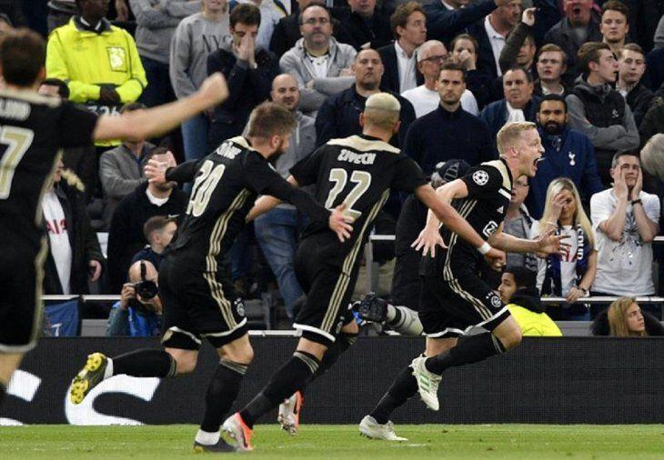 Jugadores del Ajax celebran el gol de la victoria en Londres.