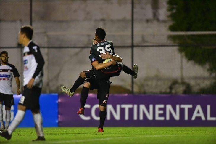 Osmar Fernández celebra el gol marcado ante General Díaz.