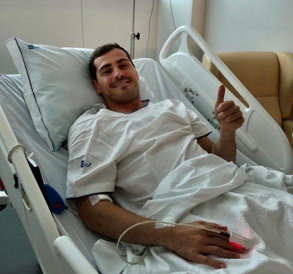Iker Casillas levanta el pulgar desde el hospital donde se encuentra estable y fuera de peligro.