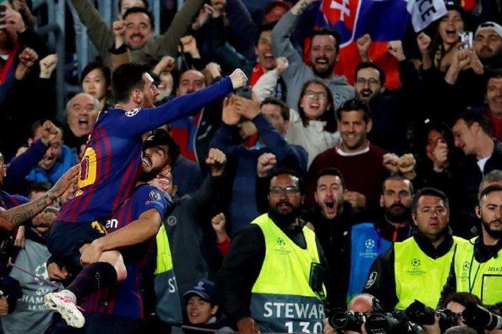Jugadores del Barcelona celebran una anotación del equipo.