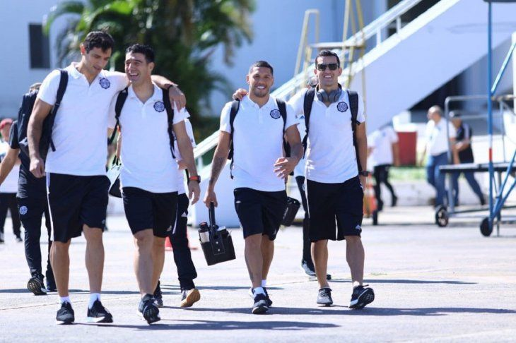 Jugadores de Olimpia a su llegada a Ciudad del Este.