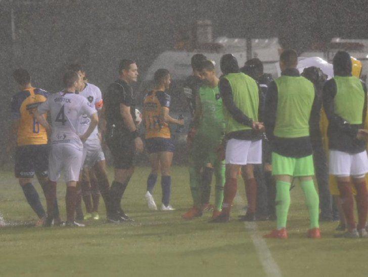 La intensa lluvia hizo que se suspendiera el juego entre Luqueño y Cerro Porteño.