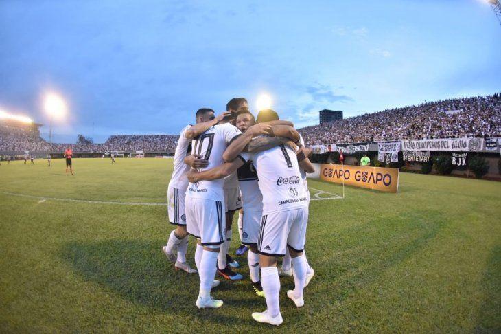 Jugadores del Olimpia celebran el gol marcado ante Santaní.