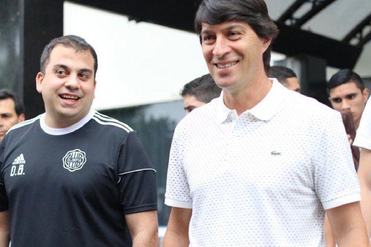CAMPEONES. Daniel Garnero en compañía del gerente deportivo de Olimpia