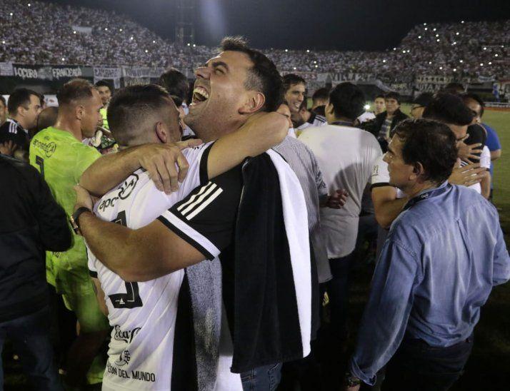 CAMPEONES. Trovato abraza a Alejandro Silva en medio de los festejos.