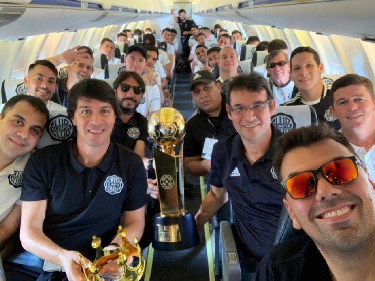 Olimpia con la copa de campeón del torneo Apertura 2019.