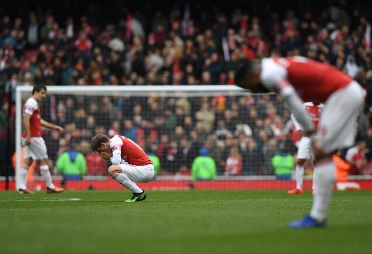 Jugadores del Arsenal se lamentanal empatar a uno con el Brighton & Hove Albion.