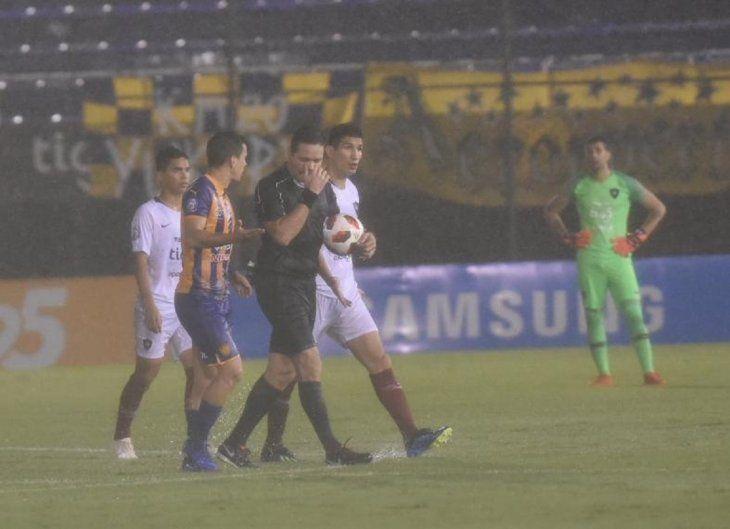 Arnaldo Samaniego en charla con jugadores de Luqueño y Cerro.