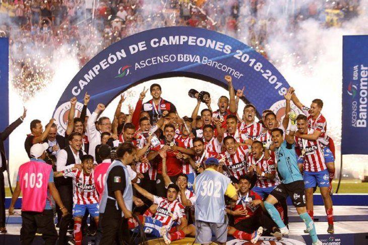 Jugadores de San Luis celebran el ascenso en México.