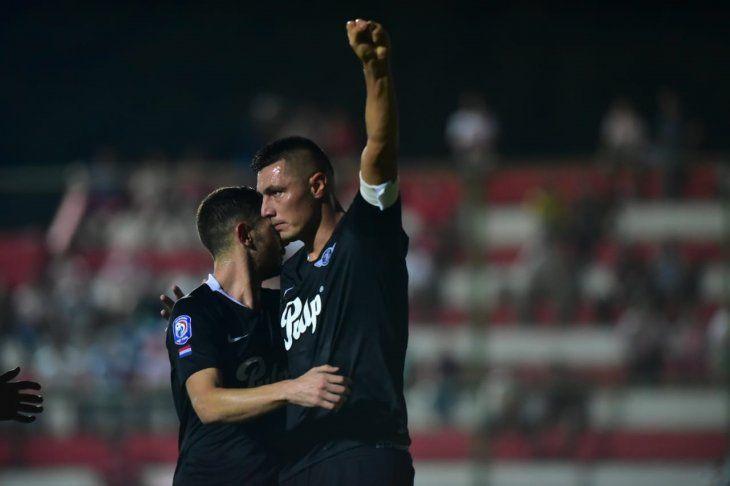 Óscar Cardozo celebra la anotación de un gol ante San Lorenzo.