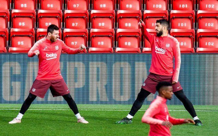 Leo Messi (i) y el uruguayo Luis Suárez (d); asisten a una sesión de entrenamiento.