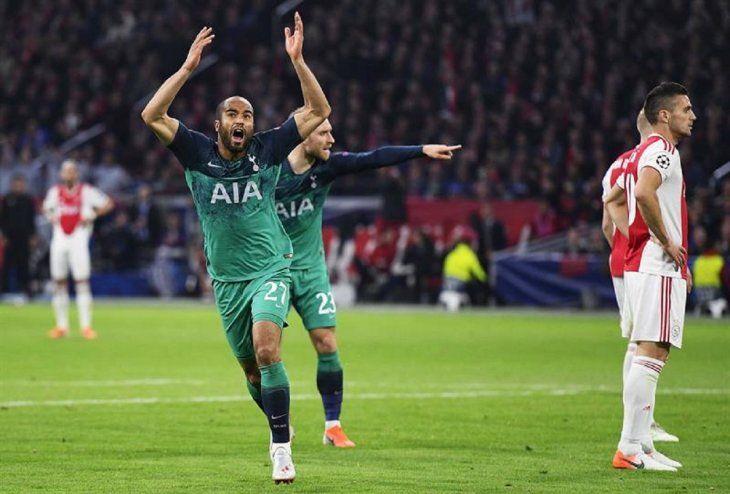 Lucas Moura (i) de Tottenham Hotspur celebra tras anotar ante Ajax.