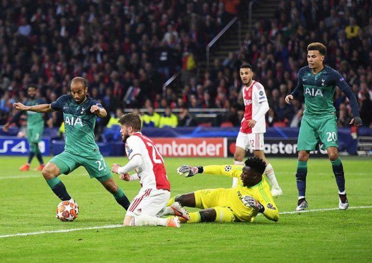 Lucas Moura dispara ante la salida del portero del Ajax.