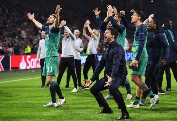 MauricioPochettino(c) y jugadores celebran la victoria ante Ajax.