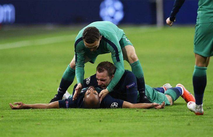 Lucas Moura celebra un gol con sus compañeros.