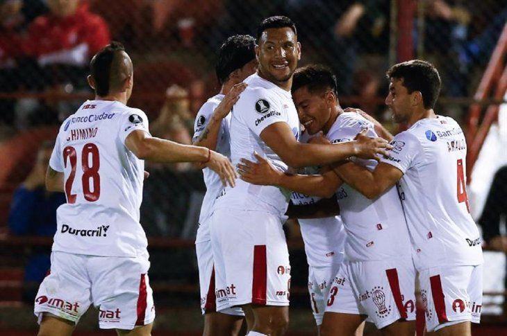 Jugadores de Huracán celebran la anotación de un gol.