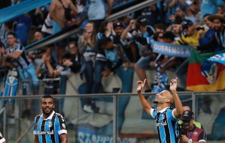 Thaciano (d) deGremiocelebra un gol ante Universidad Católica.
