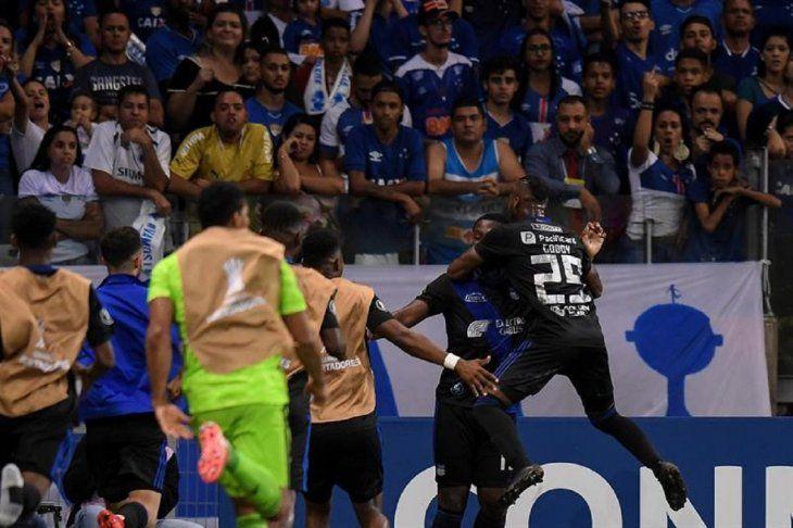 Angulo (c) deEmeleccelebra un gol.