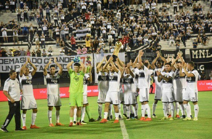 Jugadores del Olimpia exhiben el trofeo ganado en el Apertura.