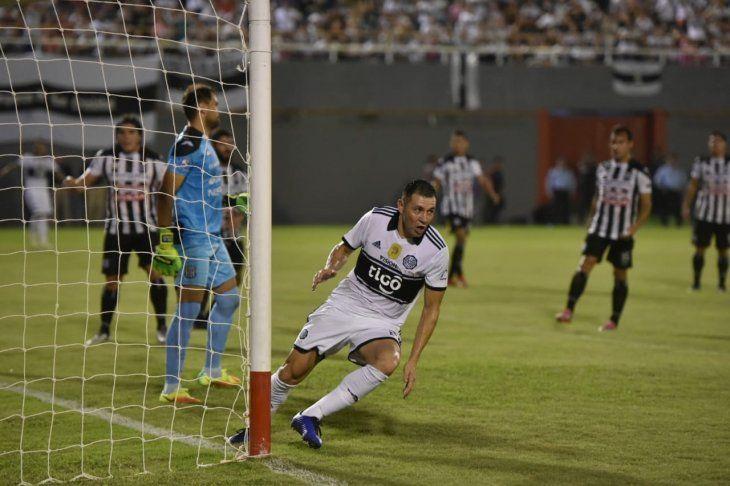 Antolín Alcaraz celebra el gol marcado ante Santaní.
