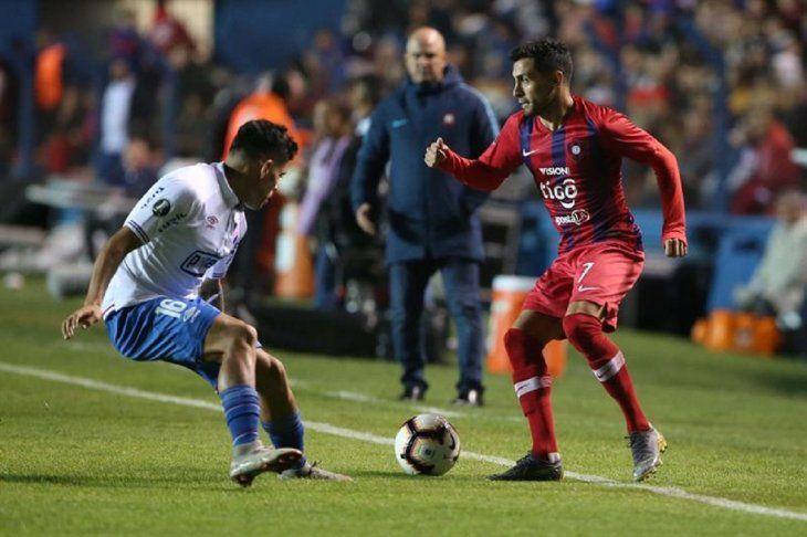 Agustín SantAnna (i) disputa el balón con Federico Carrizo (d) deCerroPorteño.