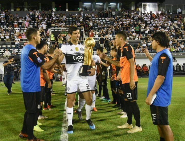 Roque Santa Cruz ingresa con la copa en los brazos.