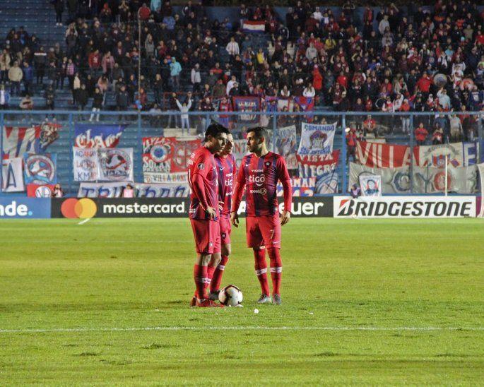 Santiago Arzamendia se dispone a ejecutar un tiro libre ante Nacional.