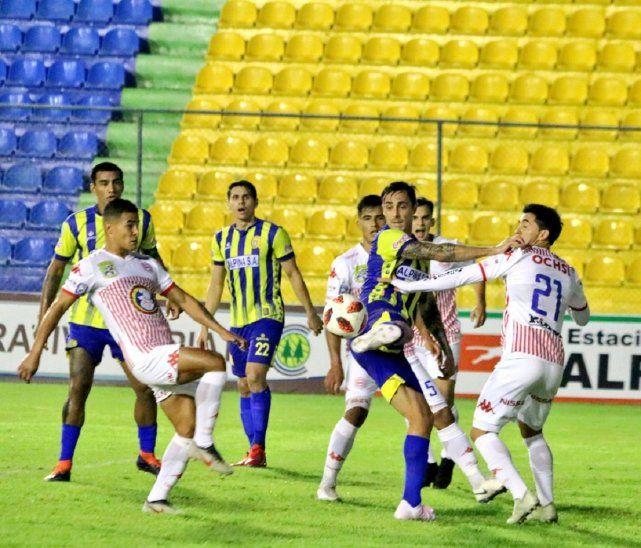 Jugadores de Capiatá y San Lorenzo disputan el balón.