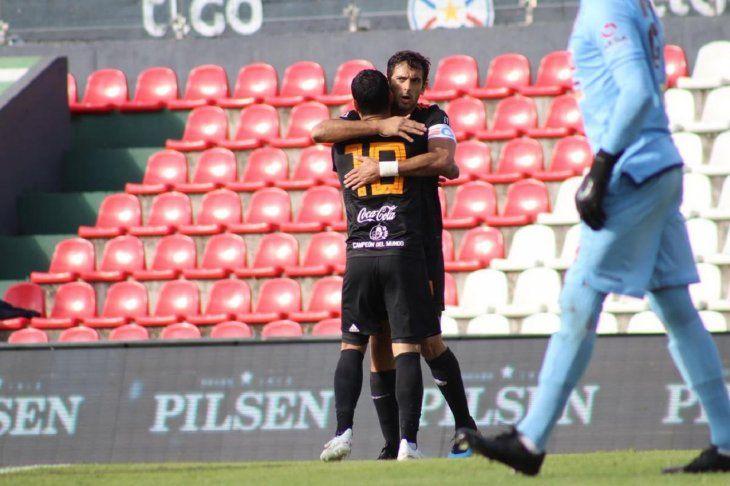 Roque Santa Cruz celebra el gol con William Mendieta.