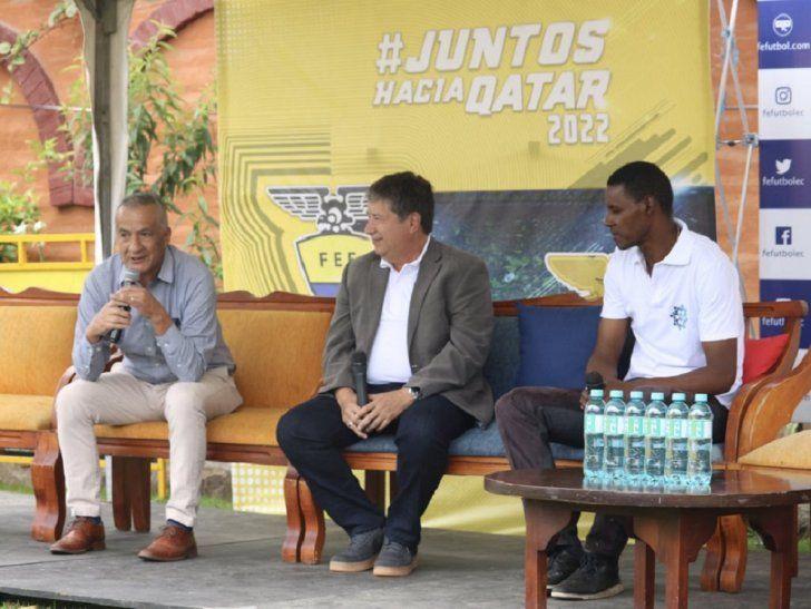 Bolillo Goméz (en el centro) entrenador de la Selección Ecuatoriana.