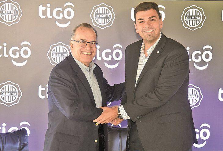 Conformes. Carlos Blanco y Marco Trovato cierran el acuerdo con un apretón de manos.