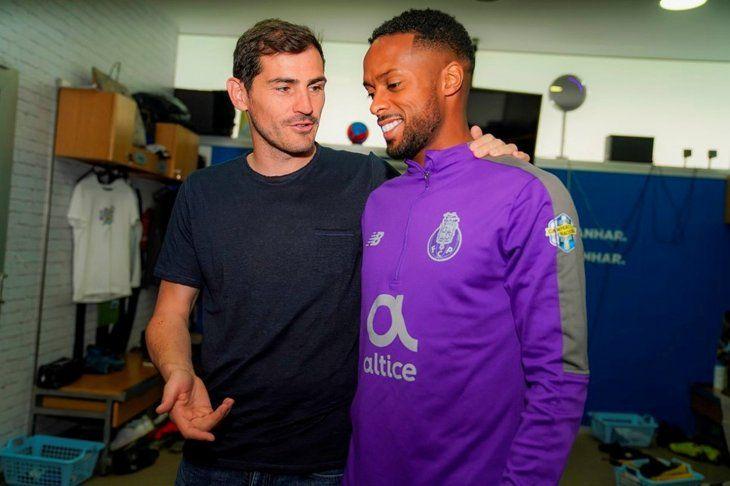 Iker Casillas visita a sus compañeros en el entrenamiento