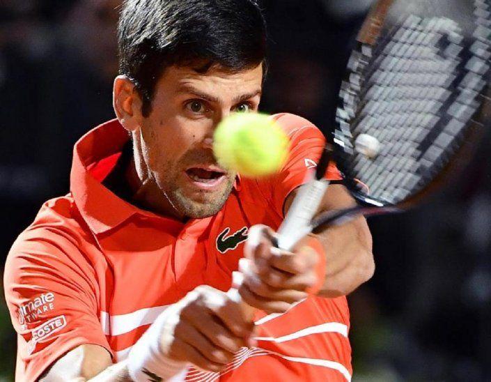 Djokovic devuelve la bola a Juan Martín del Potro.