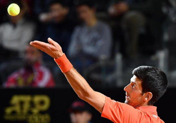 Novak Djokovic devuelve la bola a Juan Martín del Potro.