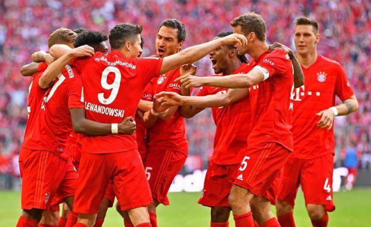 Jugadores del Bayern celebran la anotación de un gol.