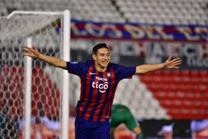 Óscar Ruiz celebra un gol con la camiseta del Ciclón.
