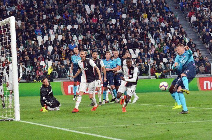 Un jugador del Atalanta se dispone a disparar hacia el arco de Juventus.