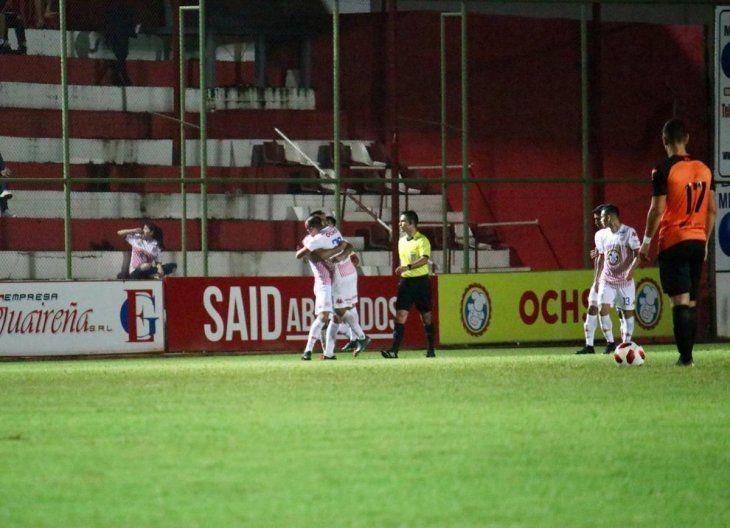 Jugadores del San Lorenzo celebran el gol marcado ante General Díaz.