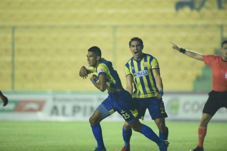 Fredy Vera (25) celebra un gol con Capiatá.