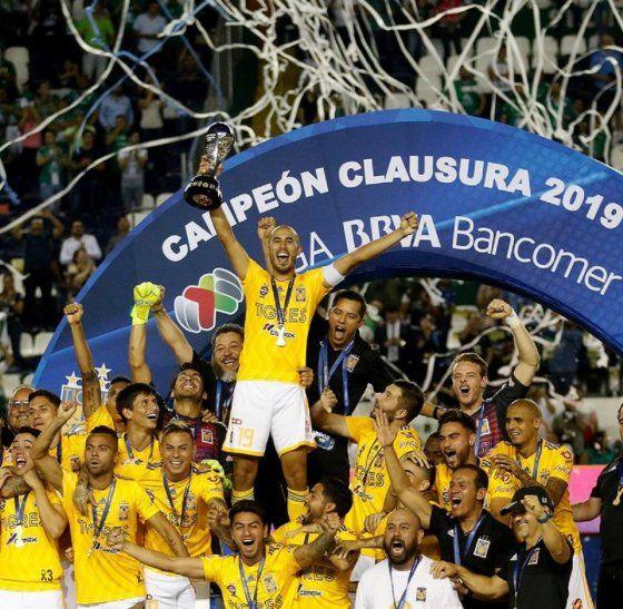El capitán de Tigres levanta el trofeo conseguido ante León.