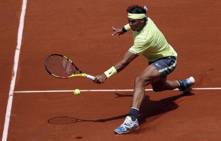 El tenista español RafaNadaldevuelve una bola al alemán Yannick Hanfmann.