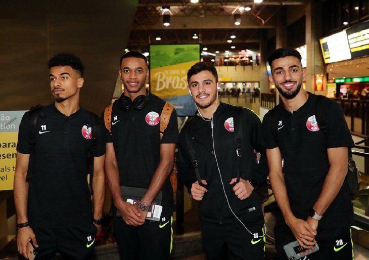 Jugadores de la selección de Qatar a su llegada a Brasil.
