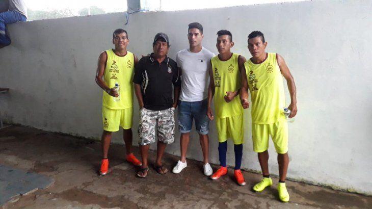 Brian Montenegro con algunos jugadores de Puerto Diana.