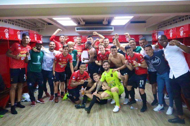 Los jugadores de Caracas celebran el triunfo en el vestuario.