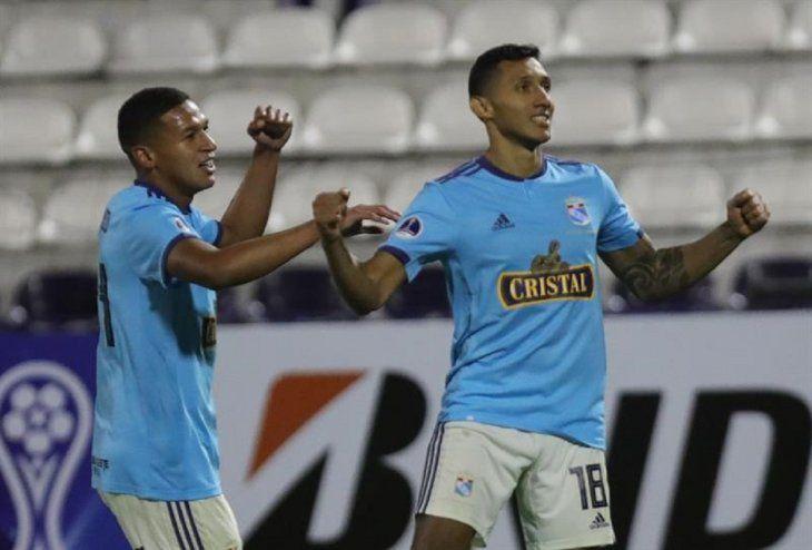 Jugadores del Cristal celebran la anotación de un gol ante Unión Española.
