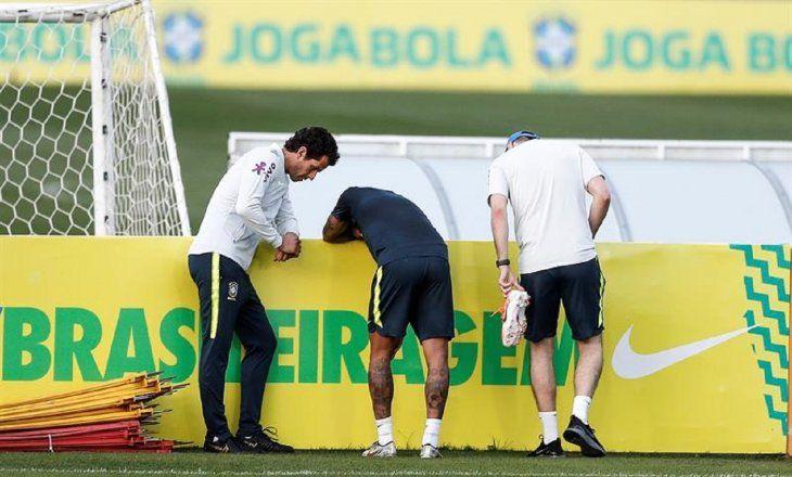 Neymar sale lesionado del entrenamiento de Brasil.