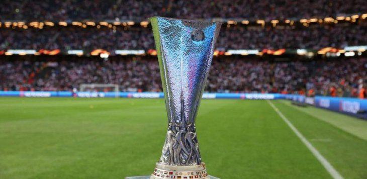 El trofeo de la Europa League espera por el ganador.