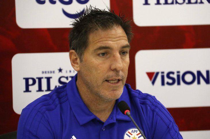 Eduardo Berizzo habla en conferencia de prensa.