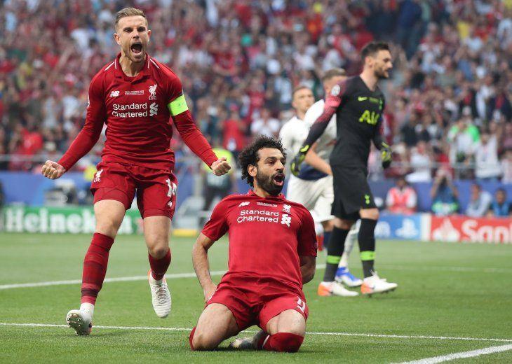 Salah festeja tras marcar el primero de penal.