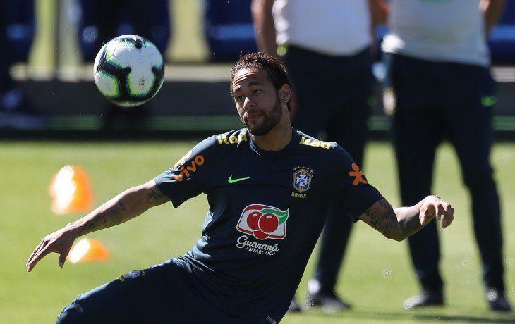 Neymar durante un entrenamiento de Brasil.